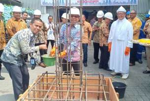 PELETAKAN BATU PERTAMA: Direktur PT Sumbetri Megah, Lelan Hasibuan meletakkan batu pertama saat peresmian produksi perdana trafo distribusi 100 Kva.