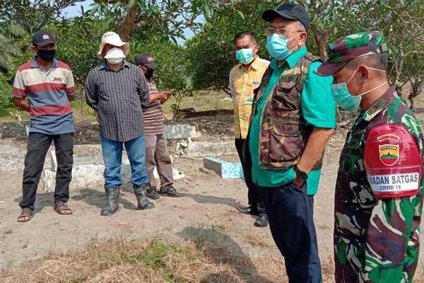 TINJAU: Bupati Sergai Ir H Soekirman bersama Dandim 0204/DS Letkol (TNI) Syamsul Arifin S.Tar dan OPD Sergai tinjau lahan pemakaman Covid-19, Kamis (16/4).