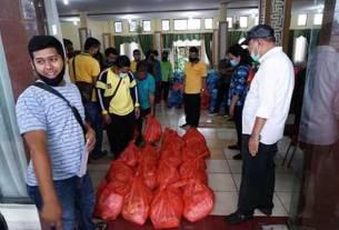 PANTAU: Wali Kota Tebingtinggi Umar Zunaidi Hasibuan didampingi Sekdako Muhammad Dimiythi dan sejumlah OPD memantau penyaluran bantuan sembako kepada masyarakat terdampak Covid-19.