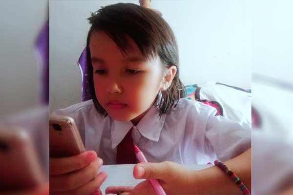BELAJAR DARI RUMAH: Abel A, seorang siswi sekolah dasar, sedang belajar daring dari rumah di tengah pandemi Covid-19. Tahun ajaran baru 2020/2021 dimulai Juli mendatang. Pembelajaran tatap muka hanya dibolehkan di daerah zona hijau.
