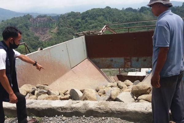 MENGECEK: Petugas Ditkrimsus Poldasu saat melakukan pengecekan  batu yang ditambang PT AM di Desa Manumpak, Kecamatan STM Hulu.BATARA/sumut pos.