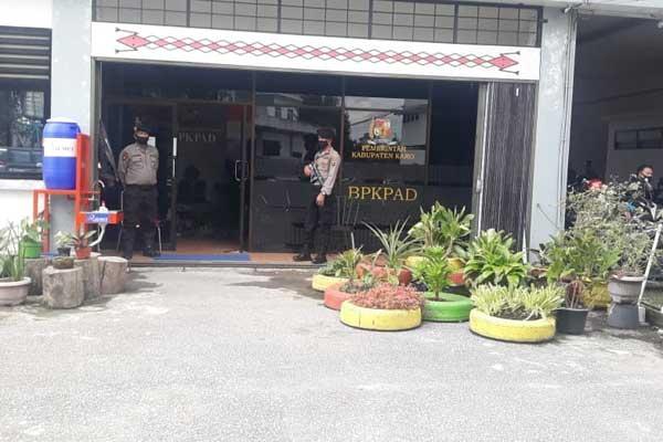 GELEDAH: Petugas kepolisian mengawak Tim Kejari Karo  menggeledah kantor BPKPAD Karo.solideo/ sumut pos.