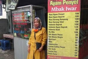 LARIS: Pemilik Warung Ayam Penyet Mbak Iwar, Warsiyem di warung yang berlokasi di Jalan Bromo Medan, Senin (26/10).