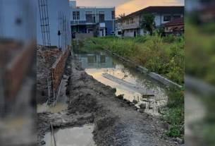 MEMAGAR: Pemilik persil memagar jalan lingkungan di Perumahan Guru Sinumba, Medan Helvetia.istimewa/sumutpos.