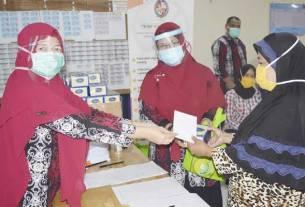 SERAHKAN: Tim Pengabdian Masyarakat Poltekkes Kemenkes Medan saat menyerahkan bantuan kepada warga.