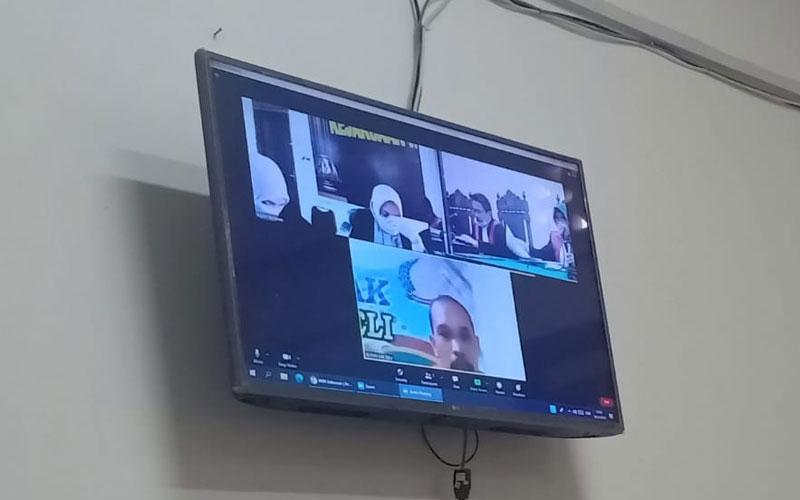 DAKWAAN: Prem Jay Kamar (layar monitor), terdakwa kasus sabu menjalani sidang dakwaan, Jumat (20/11).gusman/sumut pos.
