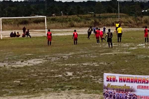 Tampak pertandingan laga persahabatan untuk mencari bibit dari putra Batak se Tapanuli Raya melawan Timnas Pelajar U-16 di tanah lapang Stadion Simangaronsang.