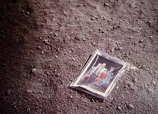 Семейная фотография, оставленная астронавтом Чарльзом Дьюком на Луне