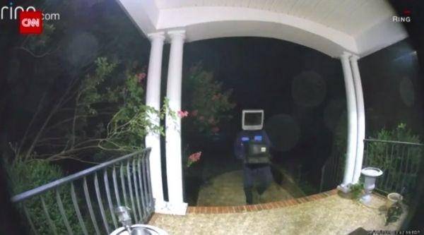 Мужик с телевизором на голове ночью оставил перед домами 60 старых телеков