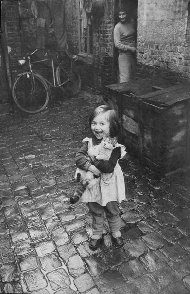 Счастливая девочка с котейкой. Франция, 1959