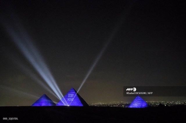 Призыв «Оставайтесь дома» на египетских пирамидах