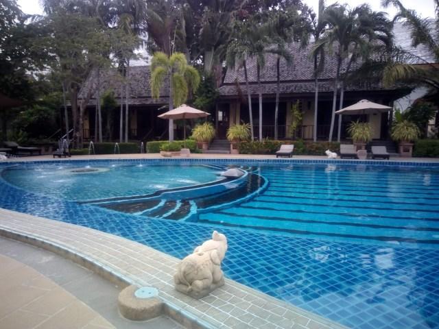 Бассейн рыбка в отеле Ботани. Таиланд