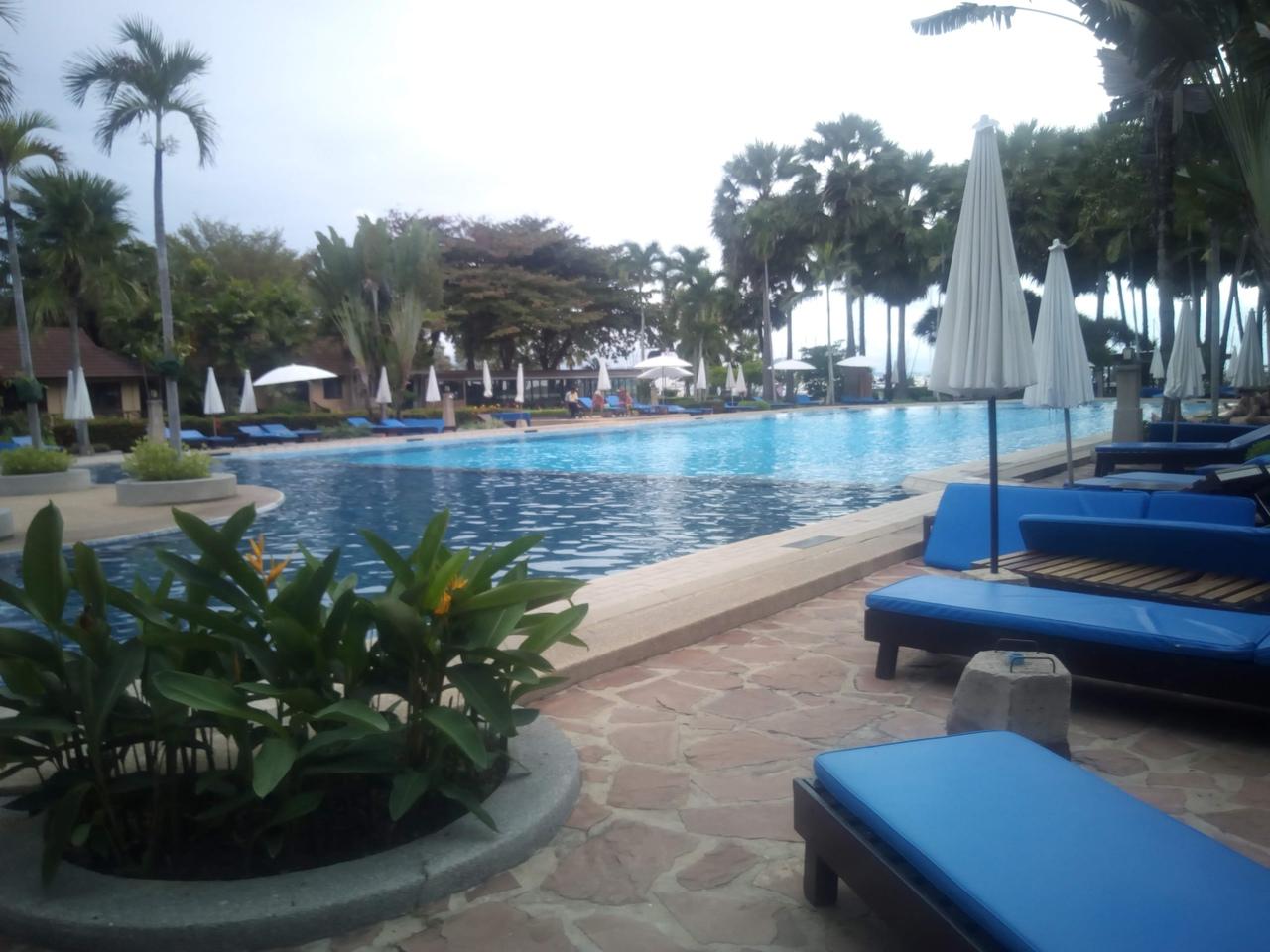 Основной бассейн в отеле Ботани. Паттайя
