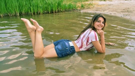 Фотосет девушки в воде в футболке