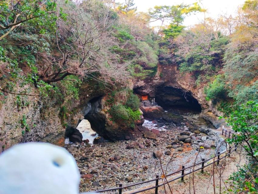 【豊後高田 長崎鼻 行者洞穴】波で削られた海食崖。自然の力を感じるパワースポット!