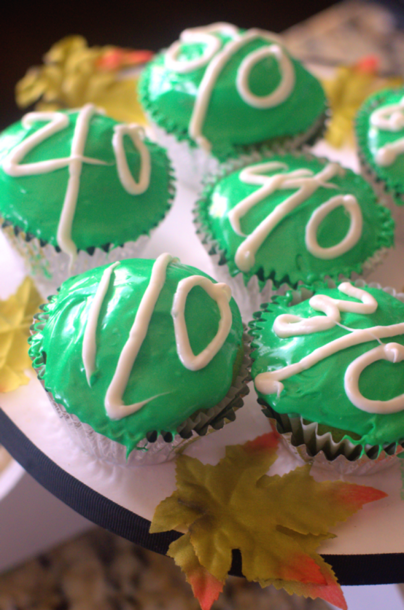 Football yard Line Cupcakes are the cutest Super Bowl snack food ever!