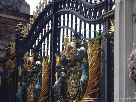 detalhe dos portões do Palácio de Buckingham