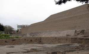 sitios arqueológicos de lima: Huaca Huallamarca - lateral