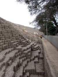 sitios arqueológicos de lima: Huaca Pucllana - trabalho de reconstrução