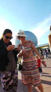 Entrada do Epcot na Disney com Fernanda Young