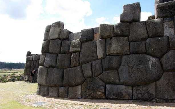 Valle Sagrado - Sacsayhuamán - serpente desenhada em pedra