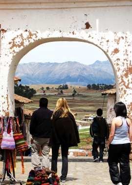 Valle Sagrado - Chinchero - mercadinho, nosso guia, Ingrid e Natalie