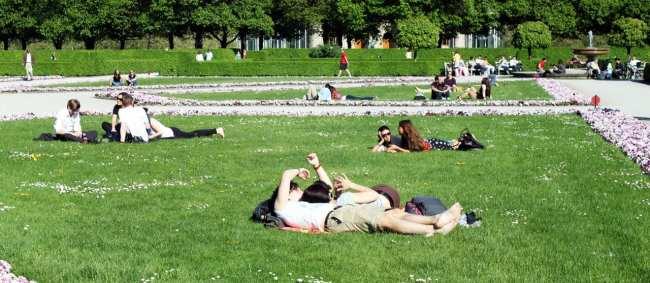 Centro histórico de Munique - Pessoas aproveitando o sol