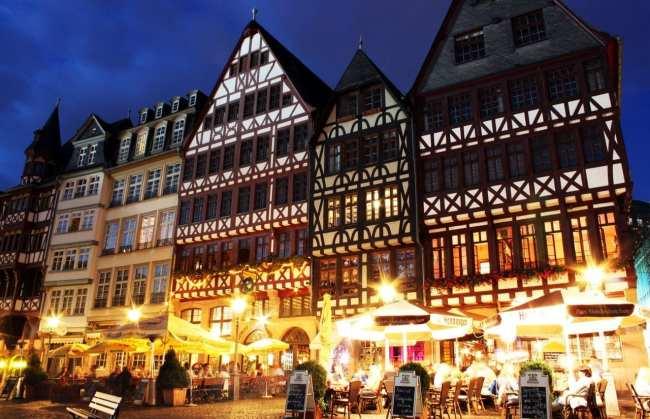 Centro Histórico de Frankfurt - Römerberg: praça de noite 1