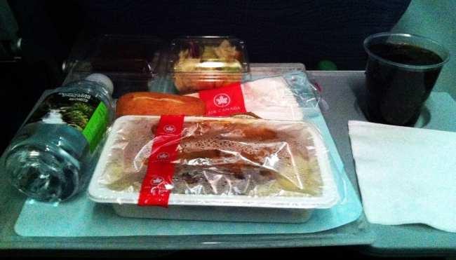 Como é voar de Air Canada - Jantar na Econômica