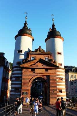 Guia de Heidelberg na Alemanha - Portão da Ponte velha de costas