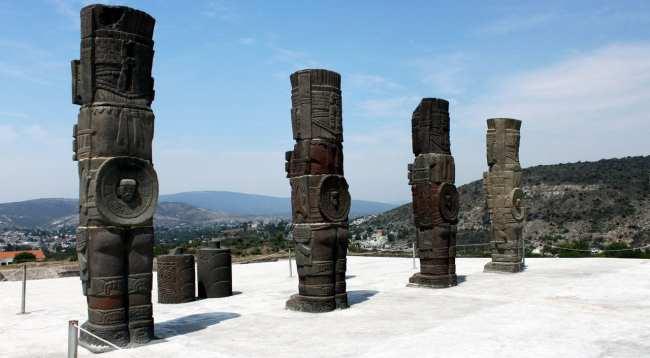 Pirâmides de Tula no México - Atlantes de Tula visto de trás