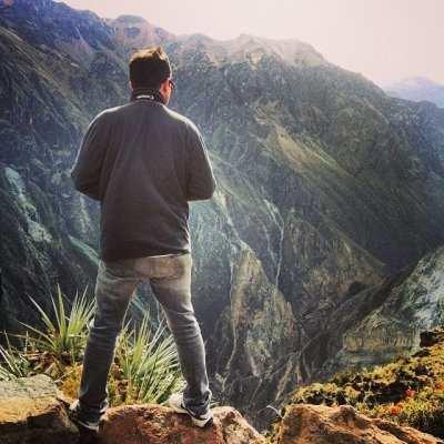 Internet 3G no Peru - Fred buscando o melhor ângulo do Canion del Colca do Instagram @natie_soares