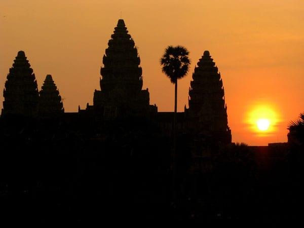 O clássico nascer do sol em Angkor Wat