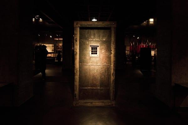 Porta de uma antiga cela, na exposição sobre os 70 anos da dominação russa na Geórgia, em Tbilisi