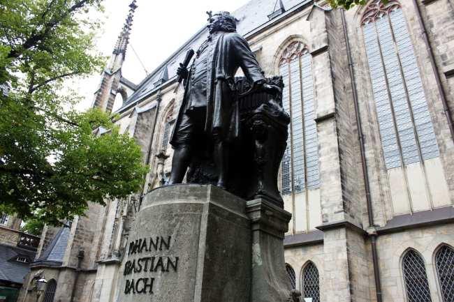 Roteiro de Leipzig - Estátua do Bach em frente à igreja de Saint Thomas
