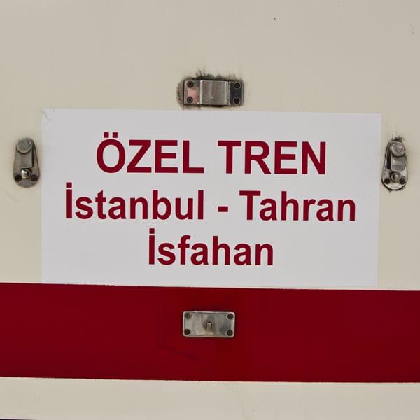 """Placa do trem onde eu estava. Em tempo: """"özel"""" significa """"especial"""""""