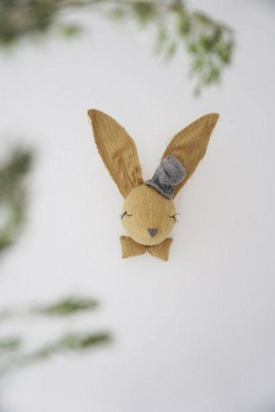 Trophée lapin moutarde en tissu pour décorer la chambre des enfants