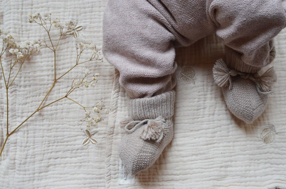Petits chaussons coloris taupe