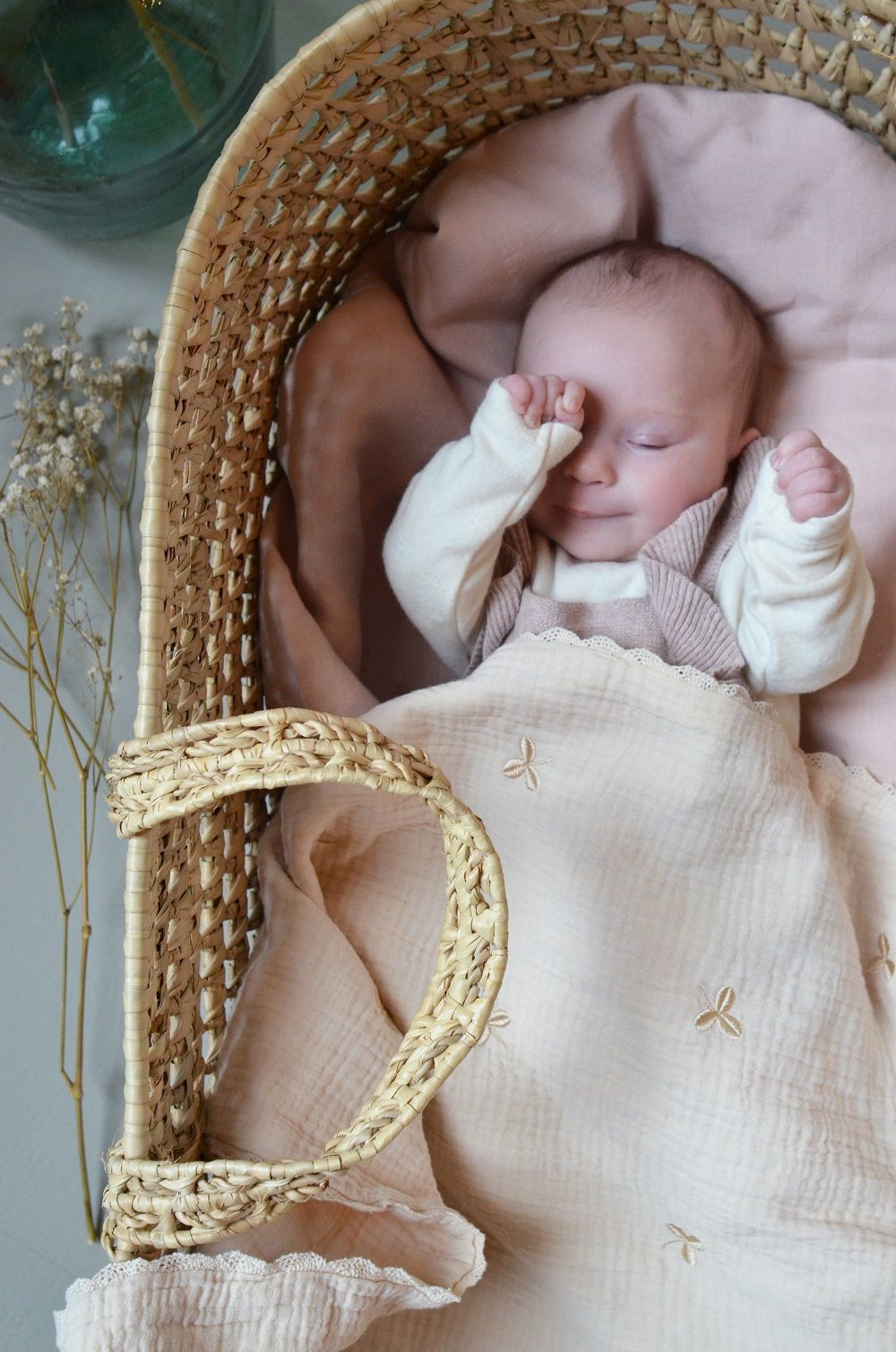 Bébé dans un couffin en osier