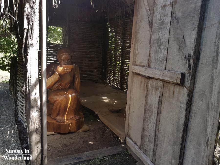 Figura kobiety siedzącej w chacie - Sunday In Wonderland Blog