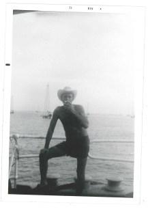 Joseph sur le Ms Stig Larson, devant un champ de pétrole.