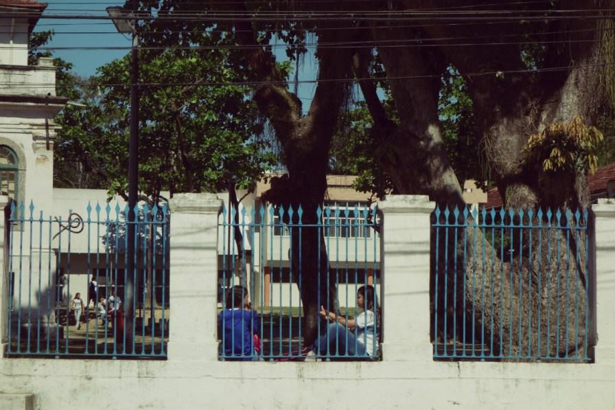 Deux colégiennes dans la cour de récré de l'école municipale