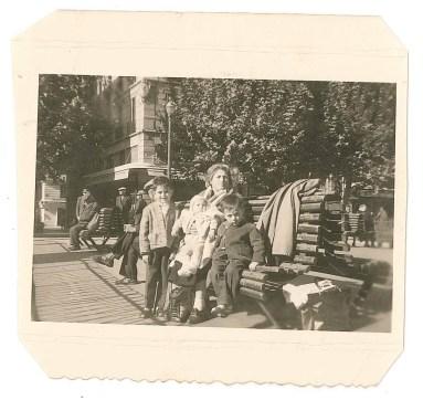 La petite famille d'Odette à Marseille, avant d'embarquer pour le Brésil
