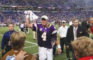 Minnesota Vikings quarterback Brett Favre waves to the crowd after throwing a 32-yard touchdown pass to defeat the San Francisco 49ers, 27-24 at the Metrodome in Minneapolis, Minnesota, Sunday, September 27, 2009. (Brian Peterson/Minneapolis Star Tribune/MCT)