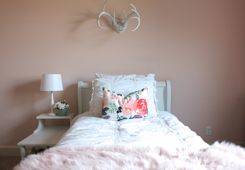 Little girl bed with antlers