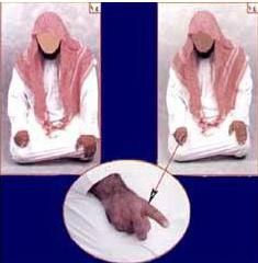 Поднятый палец во время сидения в намазе
