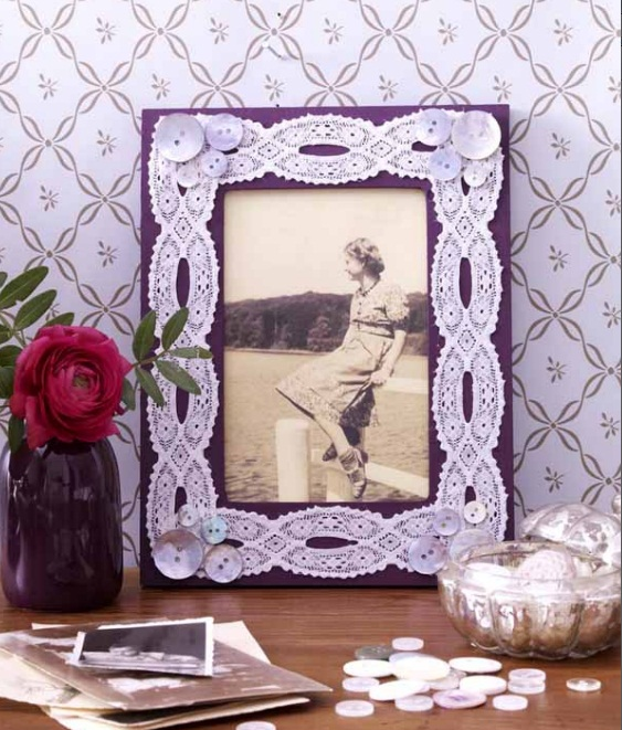 diy-mothers-day-gift-ideas-old-photo-hers-photo-frame-buttons-lace