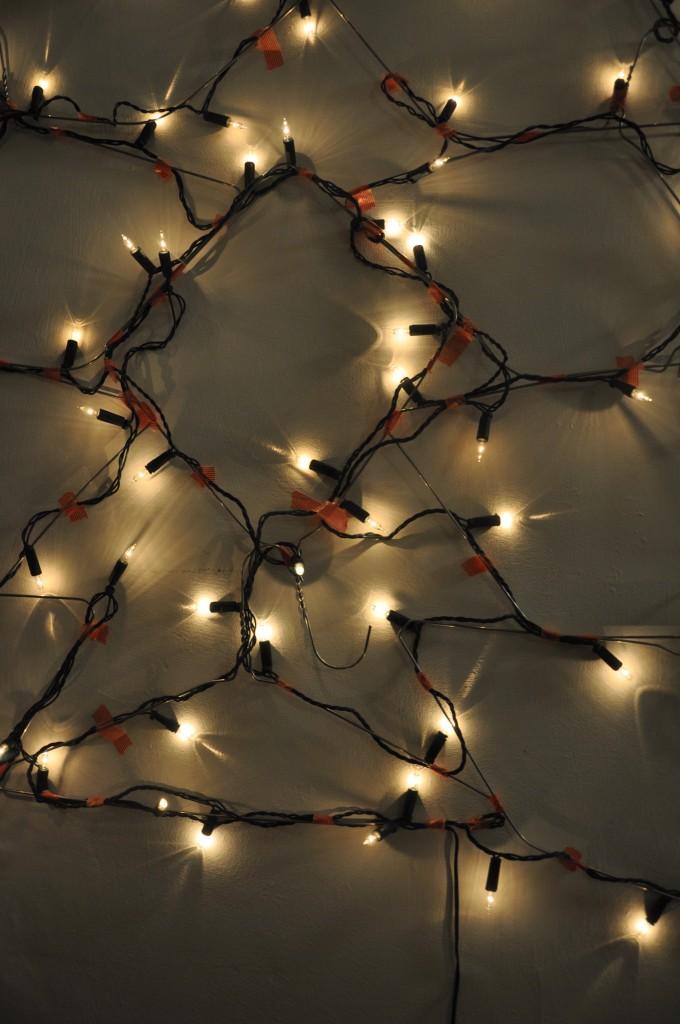 χριστουγεννιάτικο δέντρο τοίχου από κρεμάστρες2