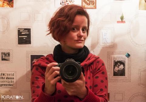 Blogger Kirsten von Kiraton mit Kamera