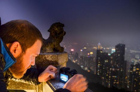 Reiseblogger Sebastian von Off The Path mit Kamera